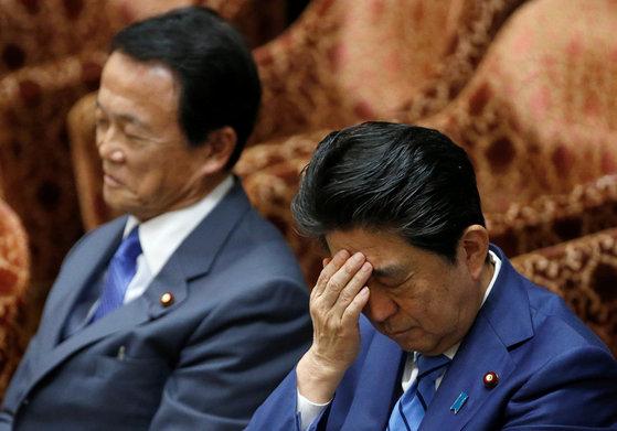 아소 다로 일본 재무상(왼쪽)과 아베 신조 일본 총리. [로이터=연합뉴스]