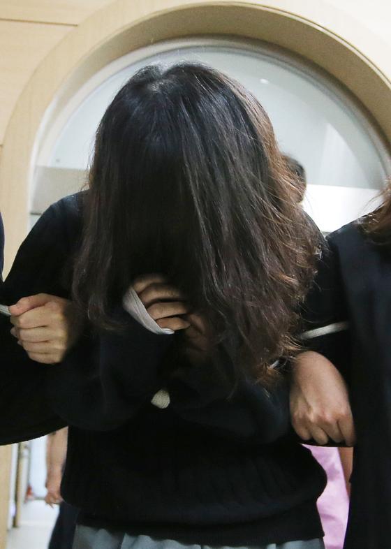 전 남편을 살해한 혐의로 구속된 고유정(36)이 지난 6일 오후 제주동부경찰서 진술녹화실에서 나와 고개를 푹 숙인 채 유치장으로 이동하고 있다. [연합뉴스]