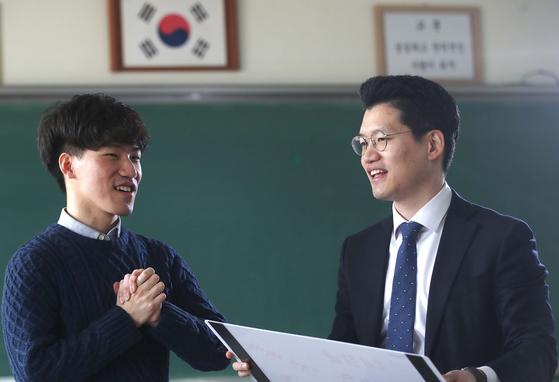 중2 때 사제지간인 손지선 교사(35·오른쪽)와 윤성호(24)씨가 지난 4일 손 교사의 현 근무지인 서울 양천구 양서중에서 만났다. 오종택 기자