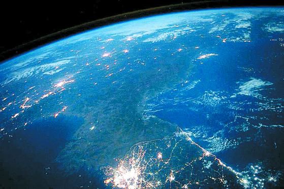 2015년 미 항공우주국(NASA) 우주비행사 스콧 켈리가 국제우주정거장(ISS)에서 찍은 한반도 사진. 남쪽은 불빛이 뚜렷하나 북쪽은 어둠에 묻혀 심각한 북한 전력난을 보여준다. [사진 스콧 켈리 트위터]