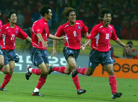 2002년 6월 4일 부산아시아드주경기장에서 열린 한일월드컵 조별리그 1차전 폴란드전에서 골을 터뜨린 황선홍(오른쪽). [중앙포토]