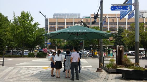 지난해 폭염 때 서울시내 곳곳에 등장한 차단막 아래에서 시민들이 무더위를 피하고 있다. [메탈크래프트]
