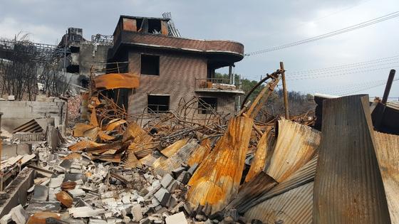 30년간 강원도 고성군 토성면 용촌리에서 건축자재 도매업을 해 온 최점만(63)씨의 집과 창고가 모두 불에 탄 모습. [사진 독자제공]