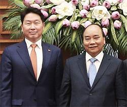 최태원 SK그룹 회장(왼쪽)이 지난 5일 베트남 하노이 총리공관에서 응웬 쑤언 푹 베트남 총리를 예방했다. [사진 SK그룹]