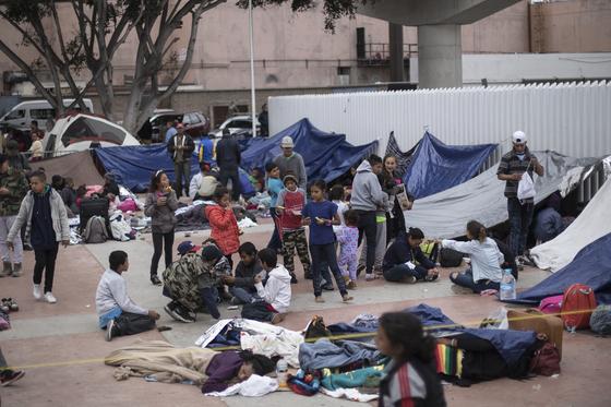 미국과 접경지대인 멕시코 북부 티후아나 지역에서 망명 신청을 위해 기다리고 있는 이민자들.[AP=연합뉴스]
