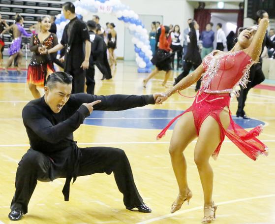 왈츠를 비롯한 대부분의 모던댄스는 뒤꿈치를 들고 까치 발 형태로 춤을 추기 때문에 신체 균형 감각은 확실히 좋아진다. 파트너와 붙잡고 춤을 추다가 넘어지지 않으려고 애쓰는 과정에서도 균형 감각이 발달한다. [뉴스1]