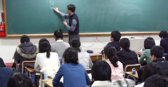 재수종합학원 강의실에서 수업을 듣고 있는 재수생들. 이른바 '명문고' 출신의 재수생들은 대부분 '명문대' 입학을 위해 재수를 감행한다. [중앙포토]