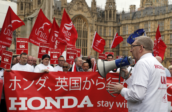 영국 최대 노동조합인 유나이트 더 유니언의 렌 맥클러스키 사무총장이 지난달 영국 런던 국회의사당 앞에서 열린 혼다의 스윈던 공장 폐쇄 결정 반대 집회에서 연설하고 있다. [AP=연합뉴스]