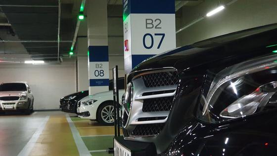 지난달 27일 성수동 트리마제 아파트 지하 주차장에 카셰어링 서비스 '네이비'에서 제공하는 수입 브랜드 차량이 주차된 모습. 윤상언 기자