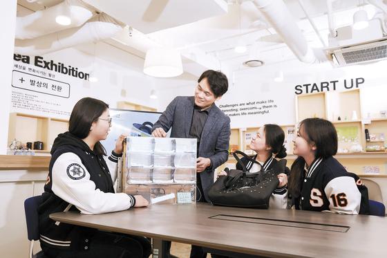 숙명여대 화공생명공학부 최경민 교수와 학생들이 태양광 융·복합 디자인과 개발을 주제로 한 캡스톤디자인 수업을 하고 있다. 학생들은 이 수업을 통해 태양광 충전 가방을 제작했다.