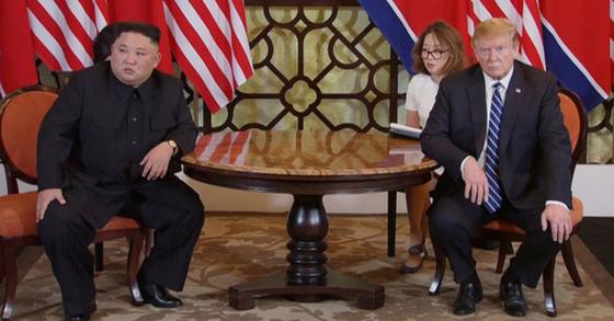 28일(현지시간) 도널드 트럼프(오른쪽) 미국 대통령과 김정은(왼쪽) 북한 국무위원장이 베트남 하노이의 소피텔 레전드 메트로폴 호텔에서 회담 도중 심각한 표정을 짓고 있다. [연합뉴스]