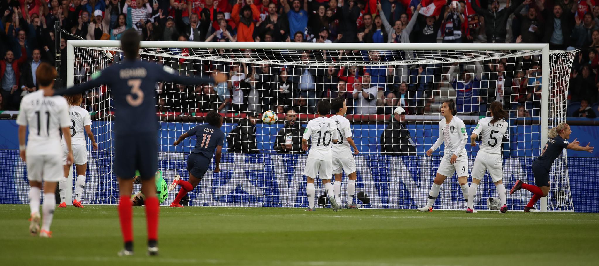 7일(현시간) 프랑스 파리 파르크 데 프랭스에서 열린 2019 국제축구연맹(FIFA) 프랑스 여자 월드컵 조별리그 A조 1차전 한국과 프랑스의 경기. 한국이 실점하고 있다. [연합뉴스]
