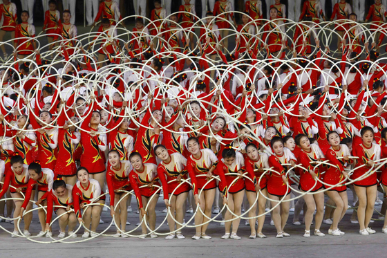 북한 학생들이 7일(현지시간) 능라도  5 ·1'경기장에서 집단체조인 '인민의 나라' 공연을하고 있다.[AP=연합뉴스]