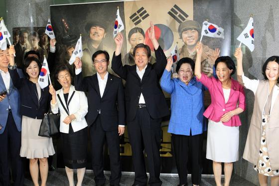 2015년 8월 6일, 당시 김무성 새누리당 대표와 김을동 새누리당 최고위원은 국회 의원회관에서 광복 70주년을 맞아 일제강점기 독립투사들의 활동을 소재로 한 영화 '암살' 특별상영회를 공동 개최했다. 김무성 당시 대표가 인사말을 마친 뒤 대한민국 만세를 외치고 있다. [중앙포토]