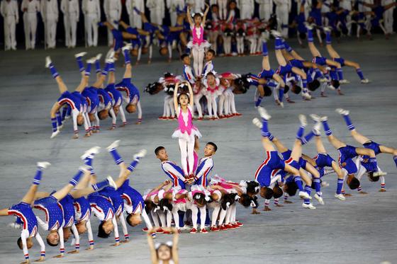 북한 학생들이 7일(현지시간) 능라도  5 ·1경기장에서 집단체조인 '인민의 나라' 공연을 하고 있다.[AP=연합뉴]