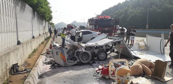 지난 4일 오전 7시34분쯤 충남 공주시 우성면 당진대전고속도로 대전방향 65.5㎞ 지점에서 발생한 40대 운전자의 역주행 교통사고를 경찰과 소방대원들이 처리하고 있다. [사진 공주소방서]