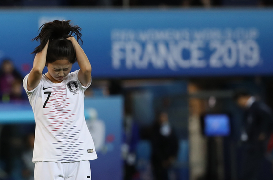 프랑스전에서 슈팅이 골대를 살짝 벗어나자 이민아가 아쉬워하고 있다. [연합뉴스]