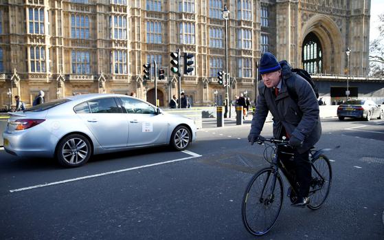 자전거로 출퇴근하는 모습은 보리스 존슨 전 영국 외무장관의 트레이드 마크와 같다. 지난 1월 영국 런던 국회의사당에 자전거를 타고 도착한 존슨. [로이터=연합뉴스]