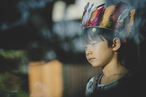 '기생충'에서 박사장네 어린 아들 다송(정현준)은 인디언 놀이에 한창 빠져 있다. [사진 CJ엔터테인먼트]