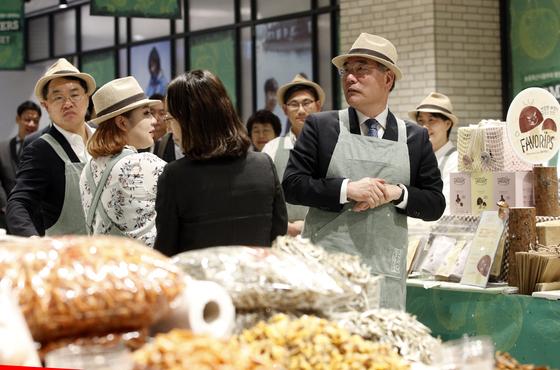 이개호 농림축산식품부 장관과 장재영 신세계 대표이사 사장 등 서울 중구 신세계백화점에서 청년 농부들이 직접 재배한 특산물을 판매하는 파머스 마켓(Farmer's market)을 둘러보고 있다. [뉴스1]