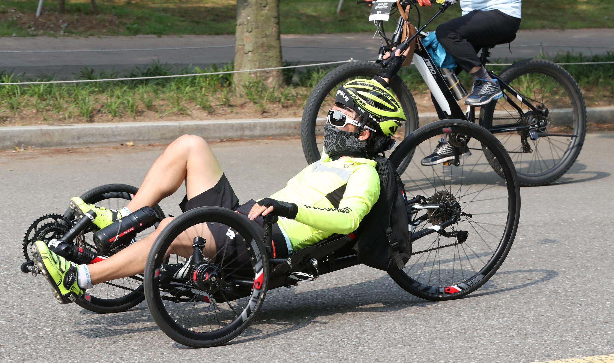 누워타는 자전거도 종류가 다양했다. 이날 한 참가자가 탄 자전거는 좌석이 바닥에 가까운 형태다. 우상조 기자