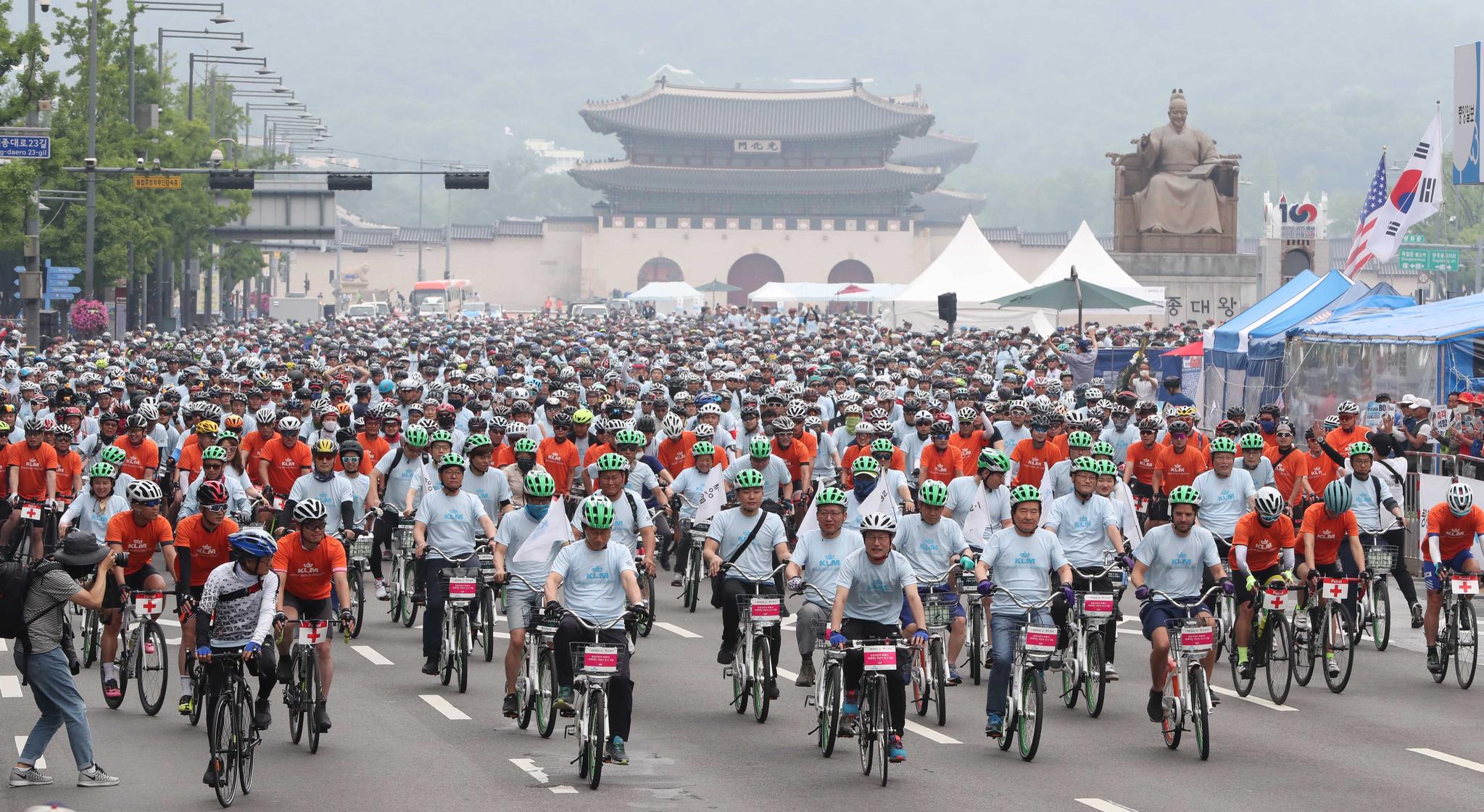 참가자들이 신호에 맞춰 서울 광화문광장에서 출발하고 있다. 우상조 기자