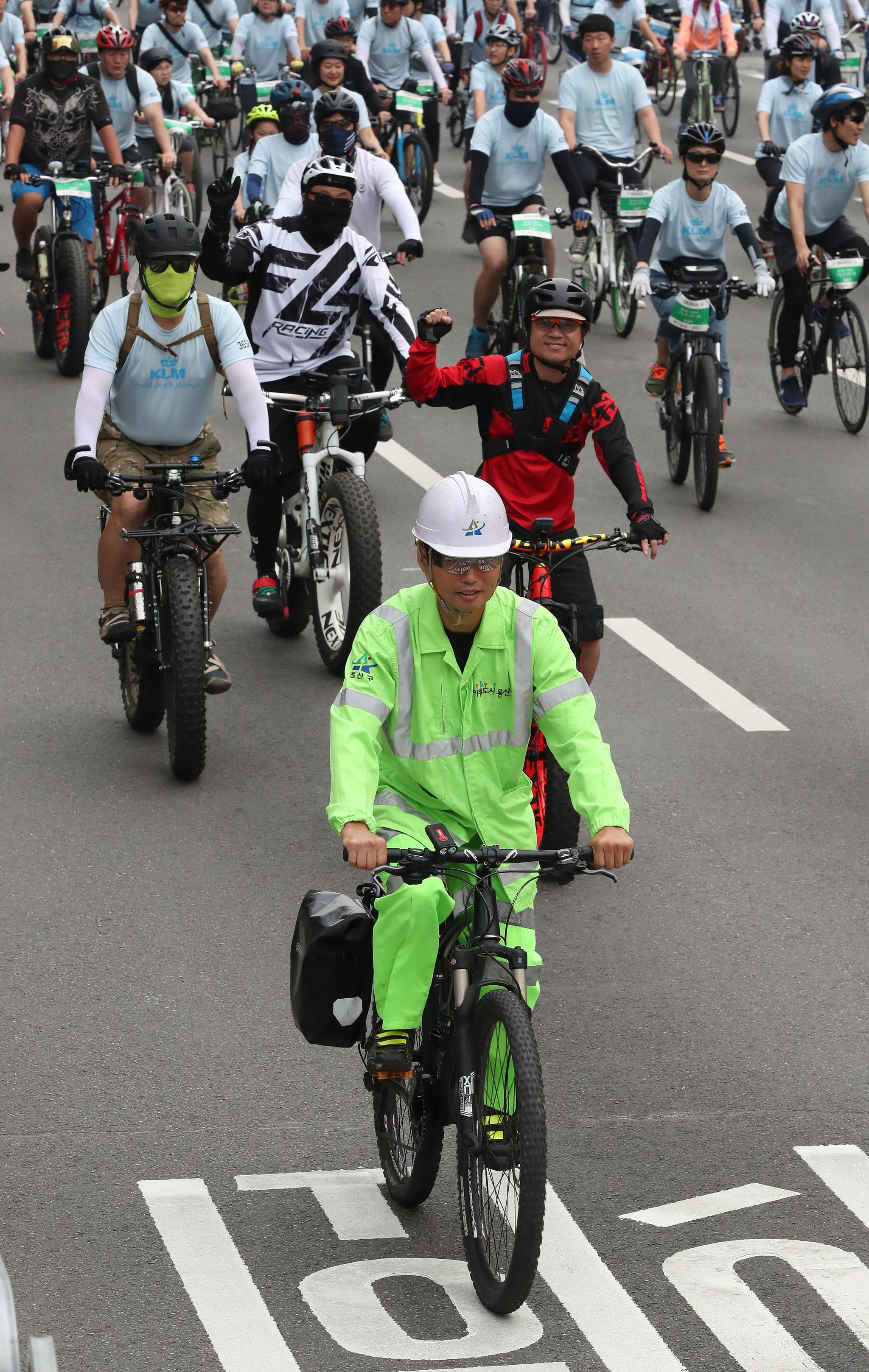 환경 미화문 복장의 참가자가 자전거를 타고 있다. 우상조 기자