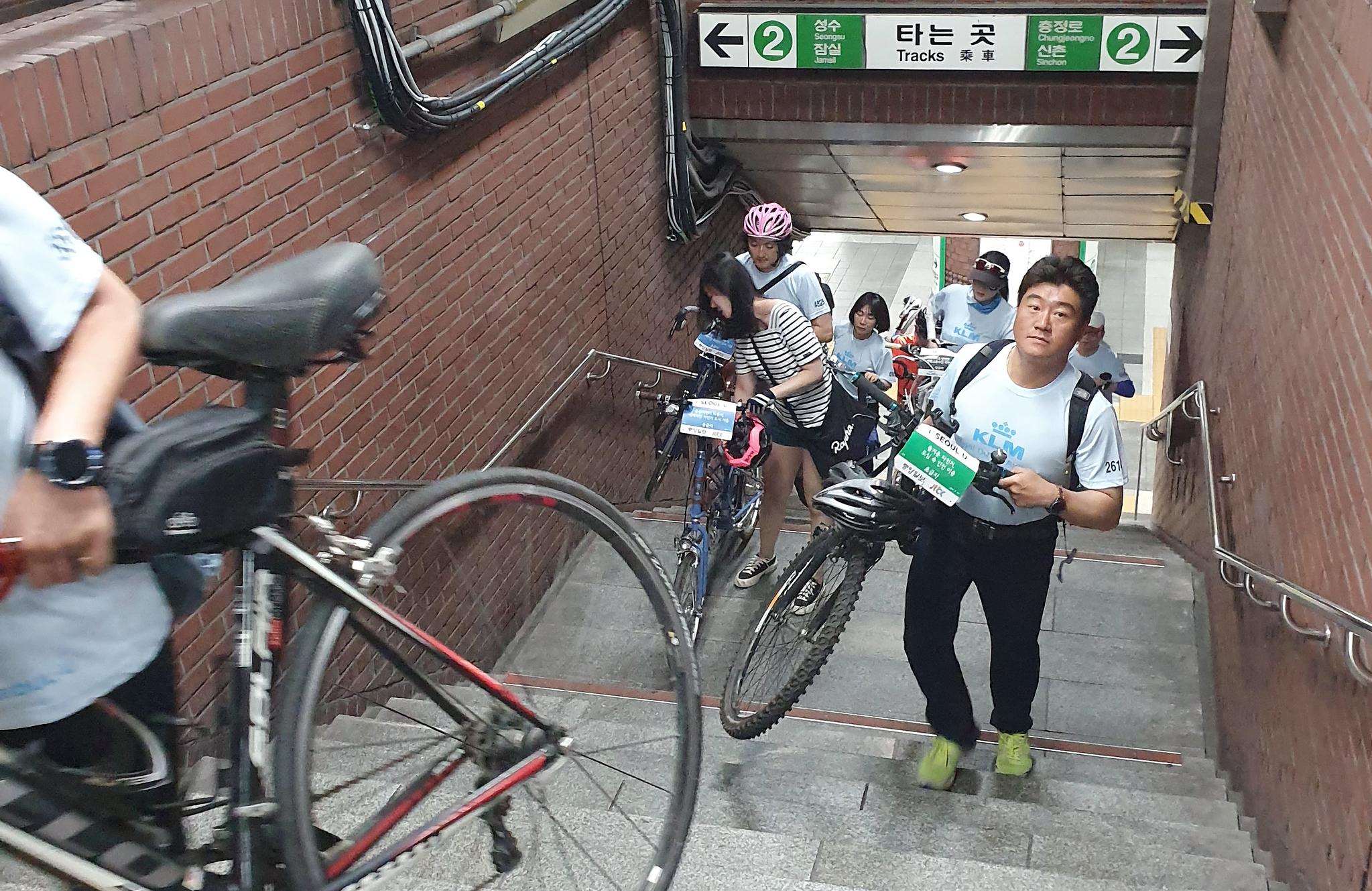참가자들이 자전거대행진 참가를 위해 시청역 계단을 오르고 있다.최승식 기자