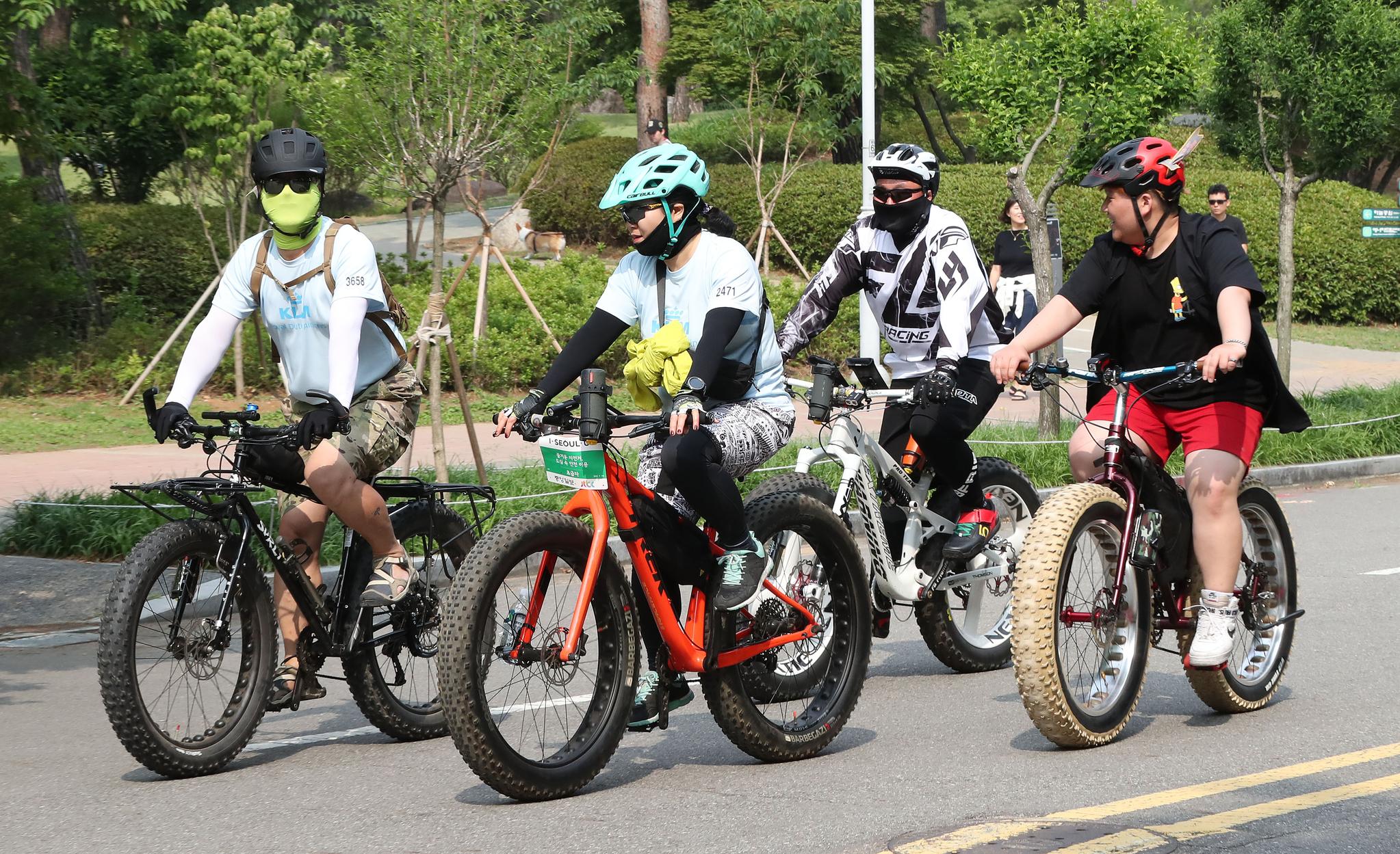 오토바이를 연상하게 하는 굵직한 바퀴를 단 자전거를 탑승한 참가자들. 우상조 기자