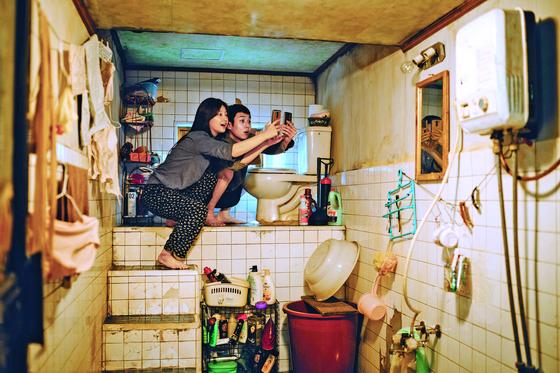 영화 '기생충'의 반지하 집은 변기가 바닥보다 높은 곳에 있다. [사진 CJ엔터테인먼트]