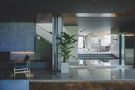 영화 '기생충' 프로덕션 디자인. 박사장(이선균)네 집은 대지 600평, 1층 면적만 200평쯤 된다. [사진 CJ엔터테인먼트]