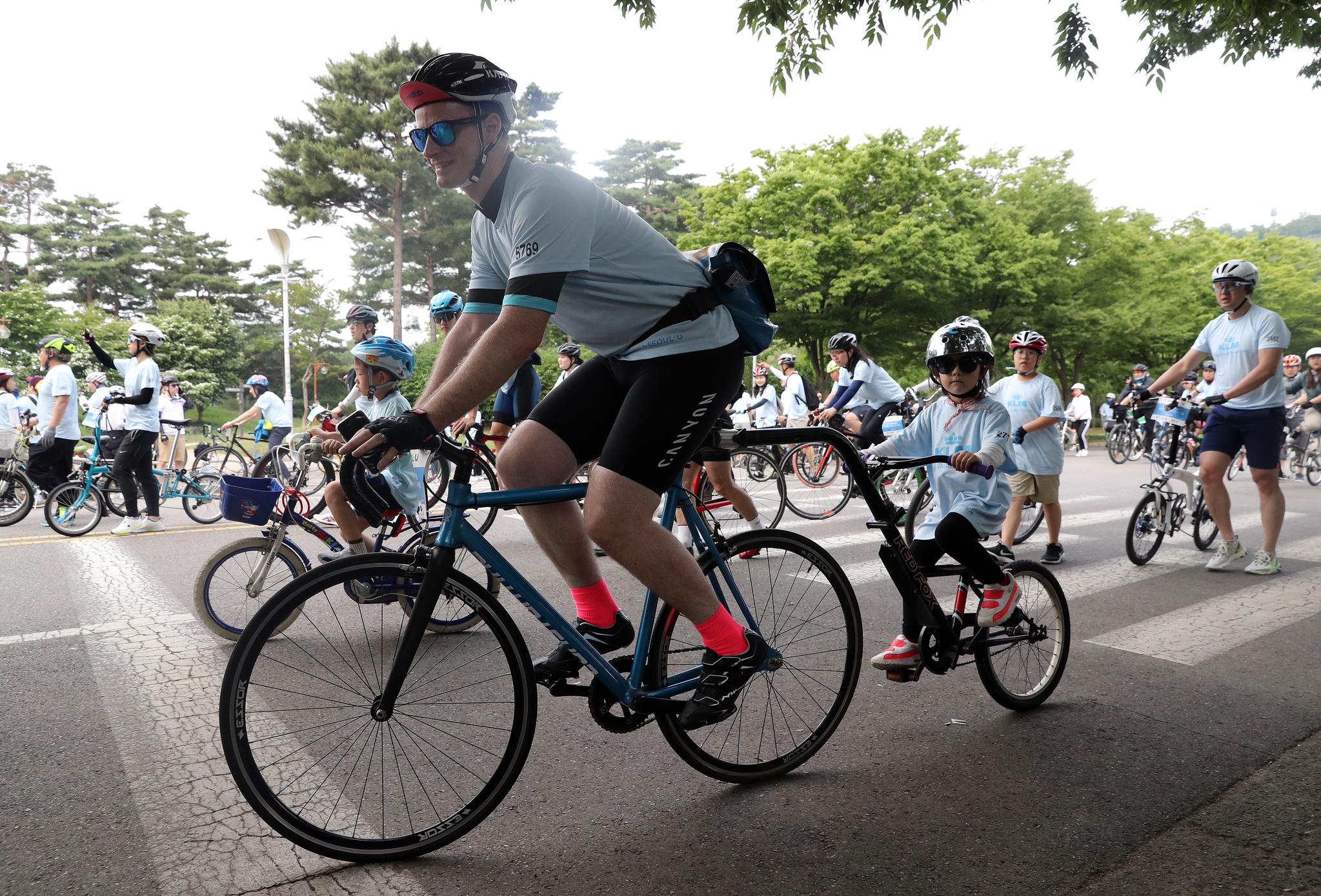 독특한 형태의 2인승 자전거를 탑승한 외국인 아버지와 아이 참가자도 있었다. 우상조 기자