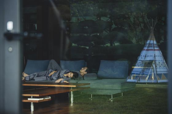 영화 '기생충'에서 박사장네 거실은 큼직한 창을 통해 너른 정원이 보인다. [사진 CJ엔터테인먼트]