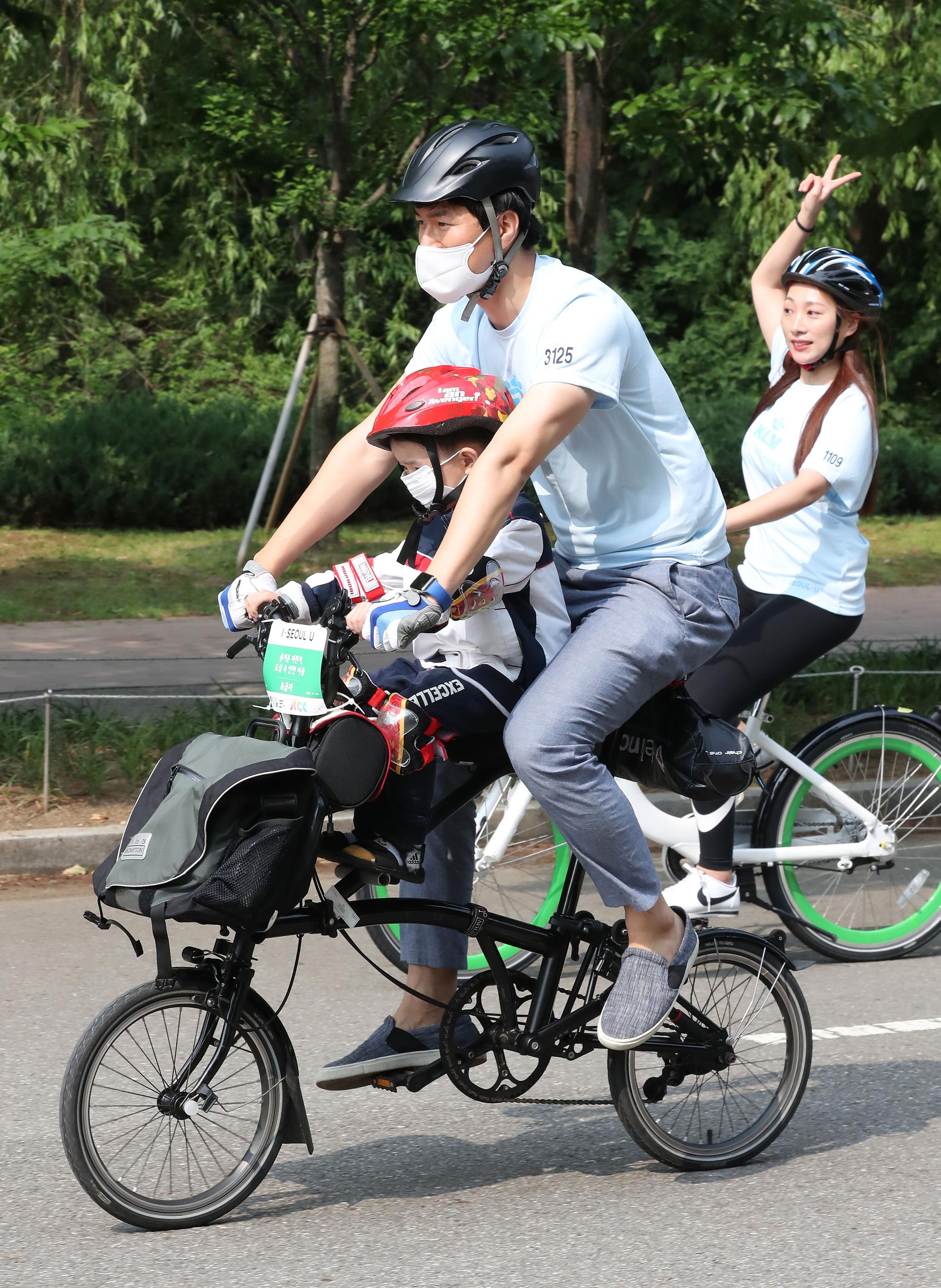 가족 참가자들이 골인지점을 앞두고 자전거를 타고 있다. 우상조 기자