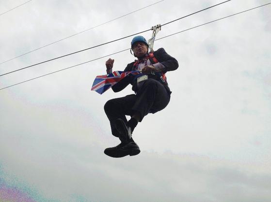 2012년 8월 런던올림픽을 홍보하기 위해 와이어를 타고 퍼포먼스를 하고 있는 보리스 존슨 영국 전 외무장관.[로이터=연합뉴스]