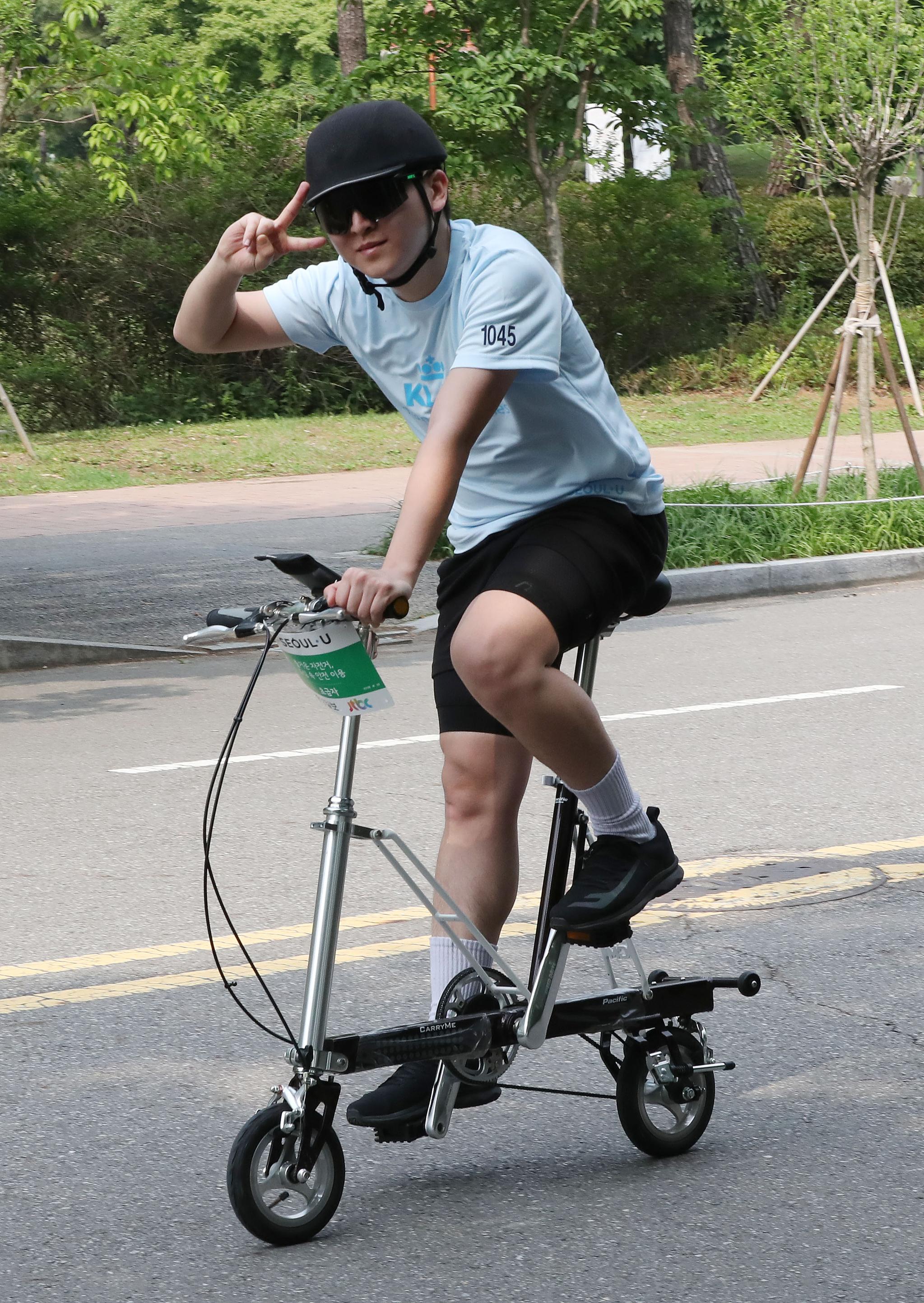 전동 킥보드와 유사하게 작은 바퀴가 달린 자전거를 탄 참가자. 우상조 기자