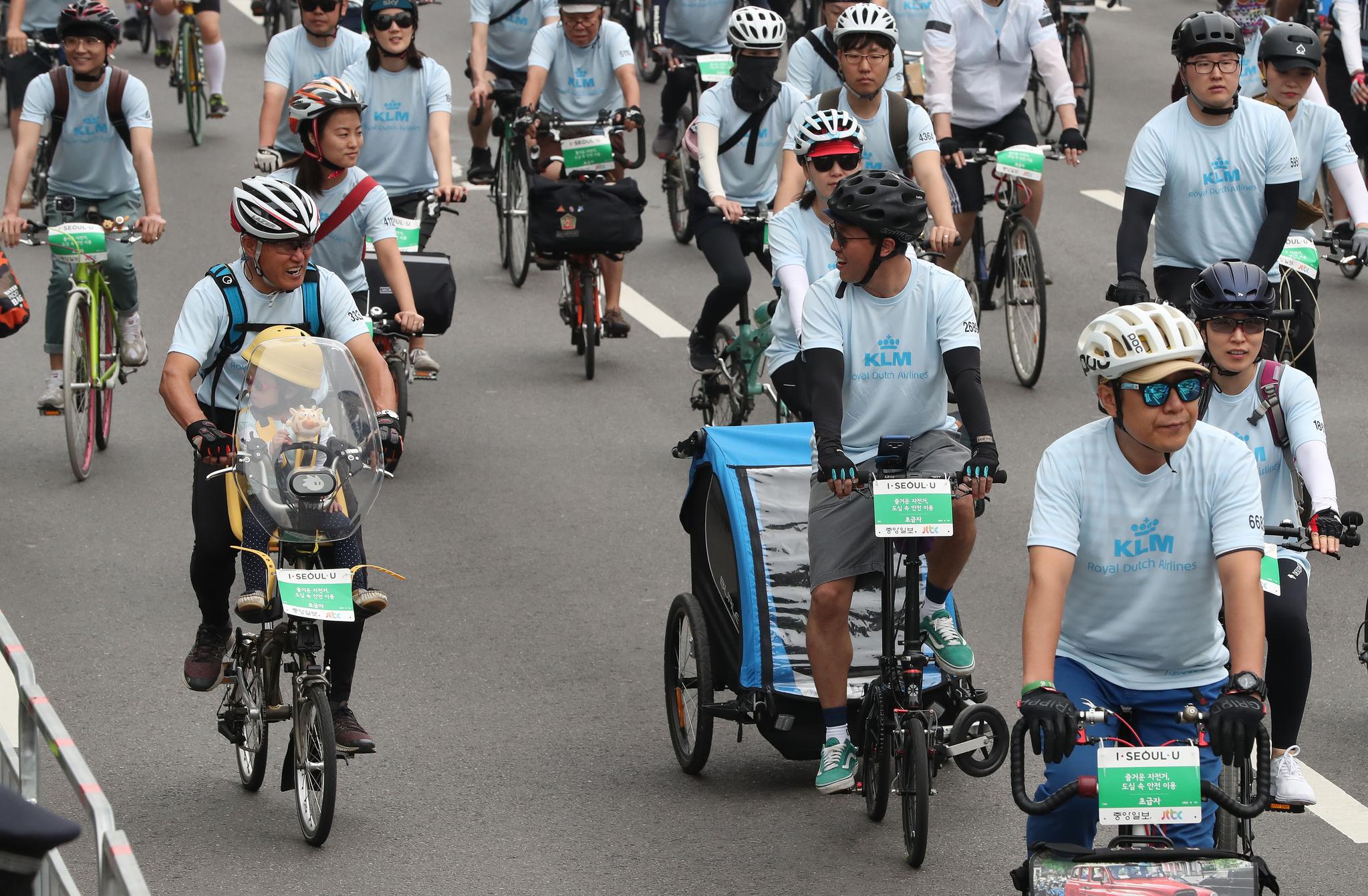 아이와 함께 독특한 자전거를 탄 두 아버지 참가자들이 서로를 바라보고 이야기를 나누고 있다. 우상조 기자
