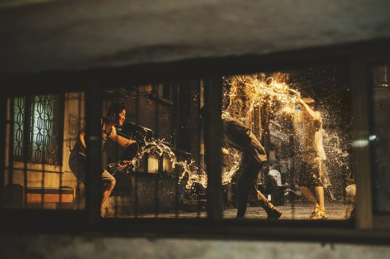 영화 '기생충'.에서 기택네 반지하 집밖으로 물을 뿌리는 장면. [사진 CJ엔터테인먼트]