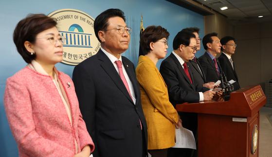탈원전 정책 폐기 촉구 기자회견하는 한국당 의원들 [연합뉴스]