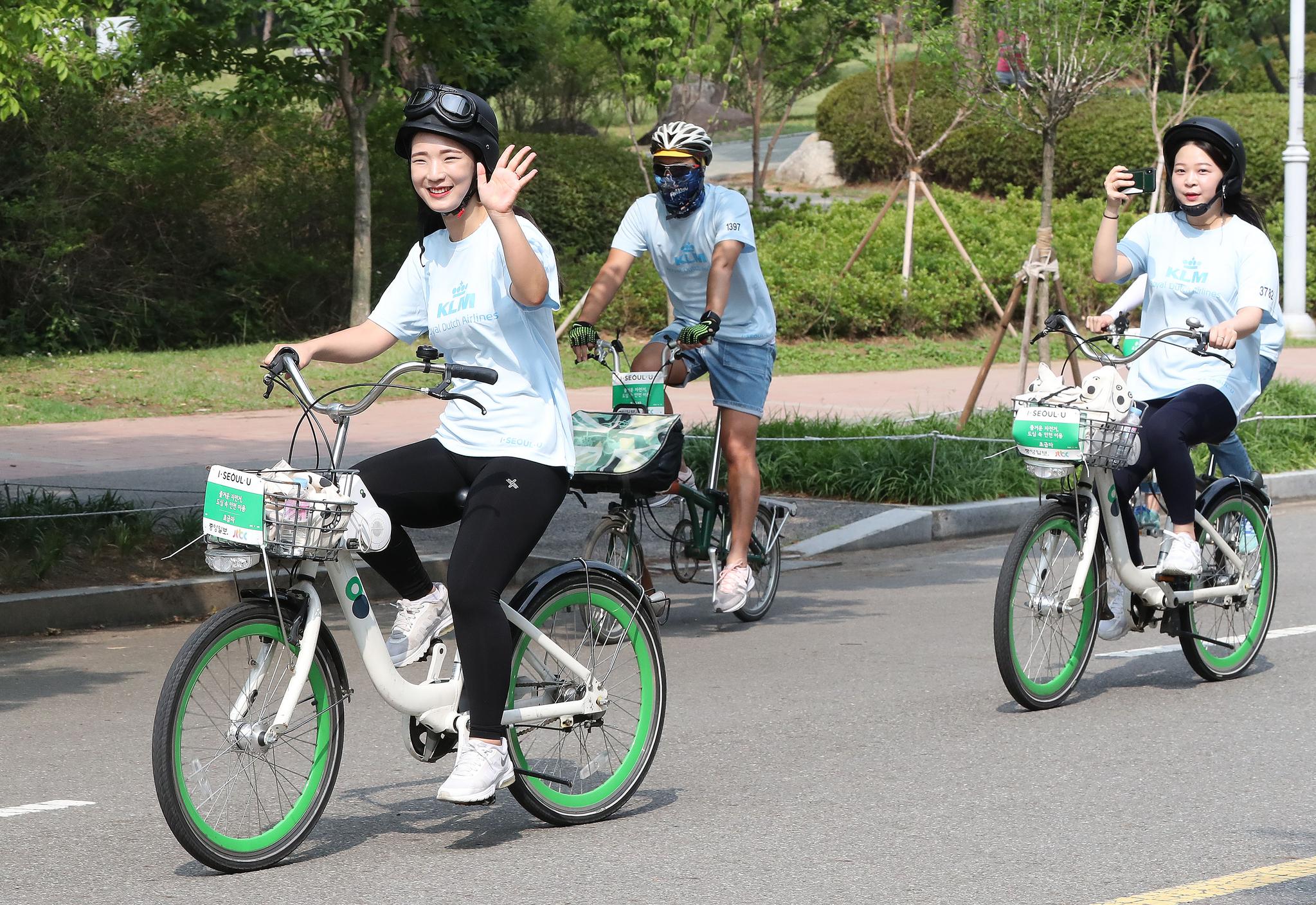 한 여성 참가자가 손을 흔들고 있다. 이날 행사에는 자전거를 타며 서로의 모습을 촬영하는 시민들도 많이 눈에 띄었다. 우상조 기자