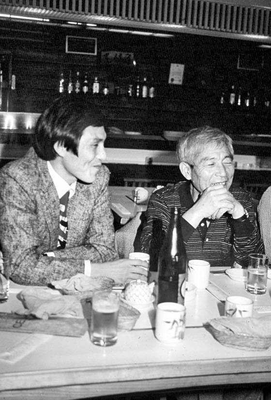 후지사와(오른쪽)와 조훈현(1984년). 예전에 일본 명인전에서 후지사와 슈코 9단은 상대방이 반짝이는 금박부채를 사용한 것에 화가 나 분노를 폭발했다. [중앙포토]