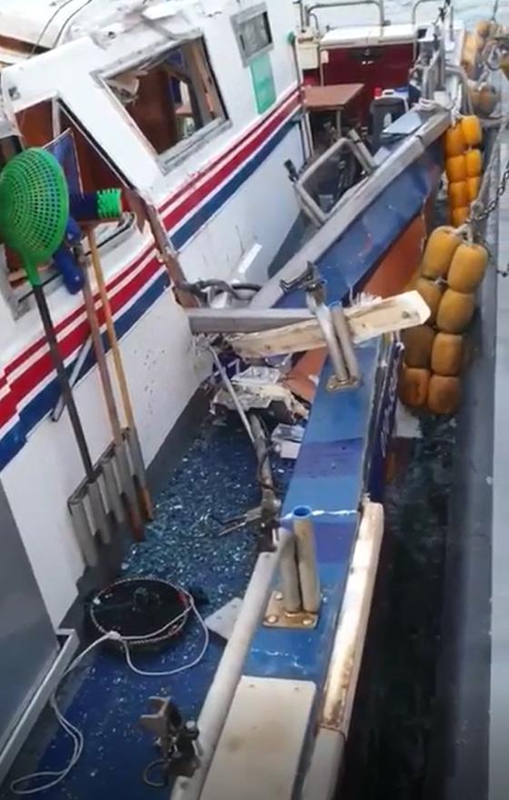9일 오전 4시28분께 경남 창원시 진해구 잠도 앞바다에서 낚싯배(7.93t)와 어선 (4.99t)이 충돌해 낚시배에 타고 있던 승객 4명이 경상을 입었다.[사진 창원해경]