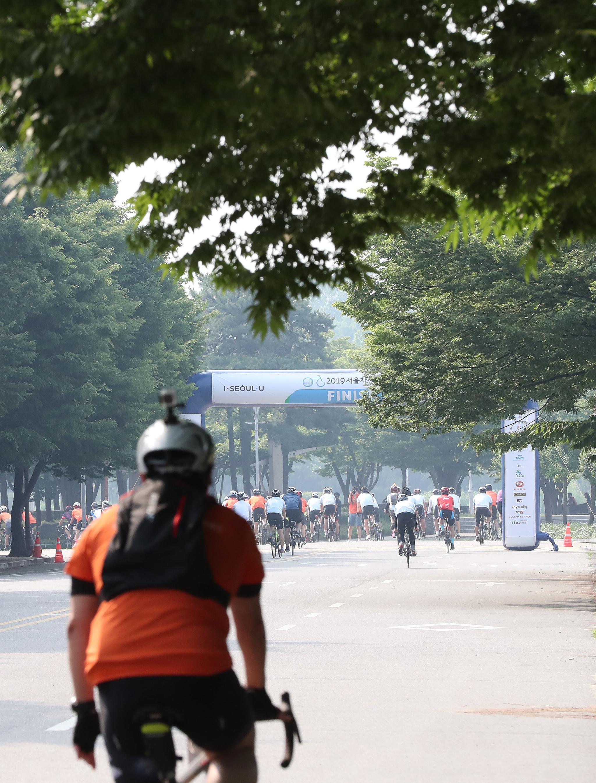 참가자들이 골인지점으로 향하고 있다. 우상조 기자