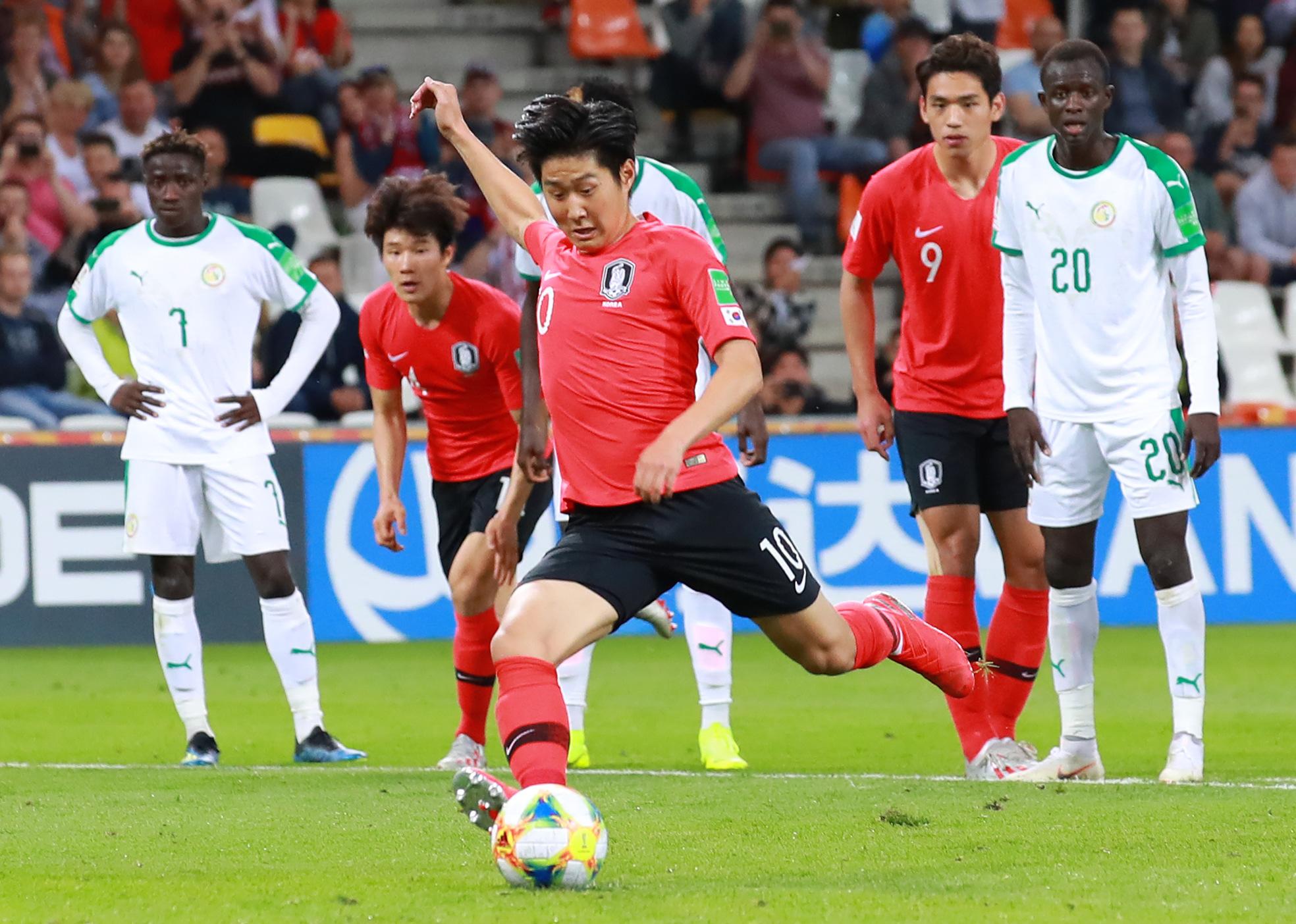 9일 폴란드 비엘스코 비아와 경기장에서 열린 2019 FIFA U-20 월드컵 8강 한국과 세네갈전의 경기.   후반 한국 이강인이 VAR로 얻어낸 패널티킥을 골로 연결하고 있다. [연합뉴]