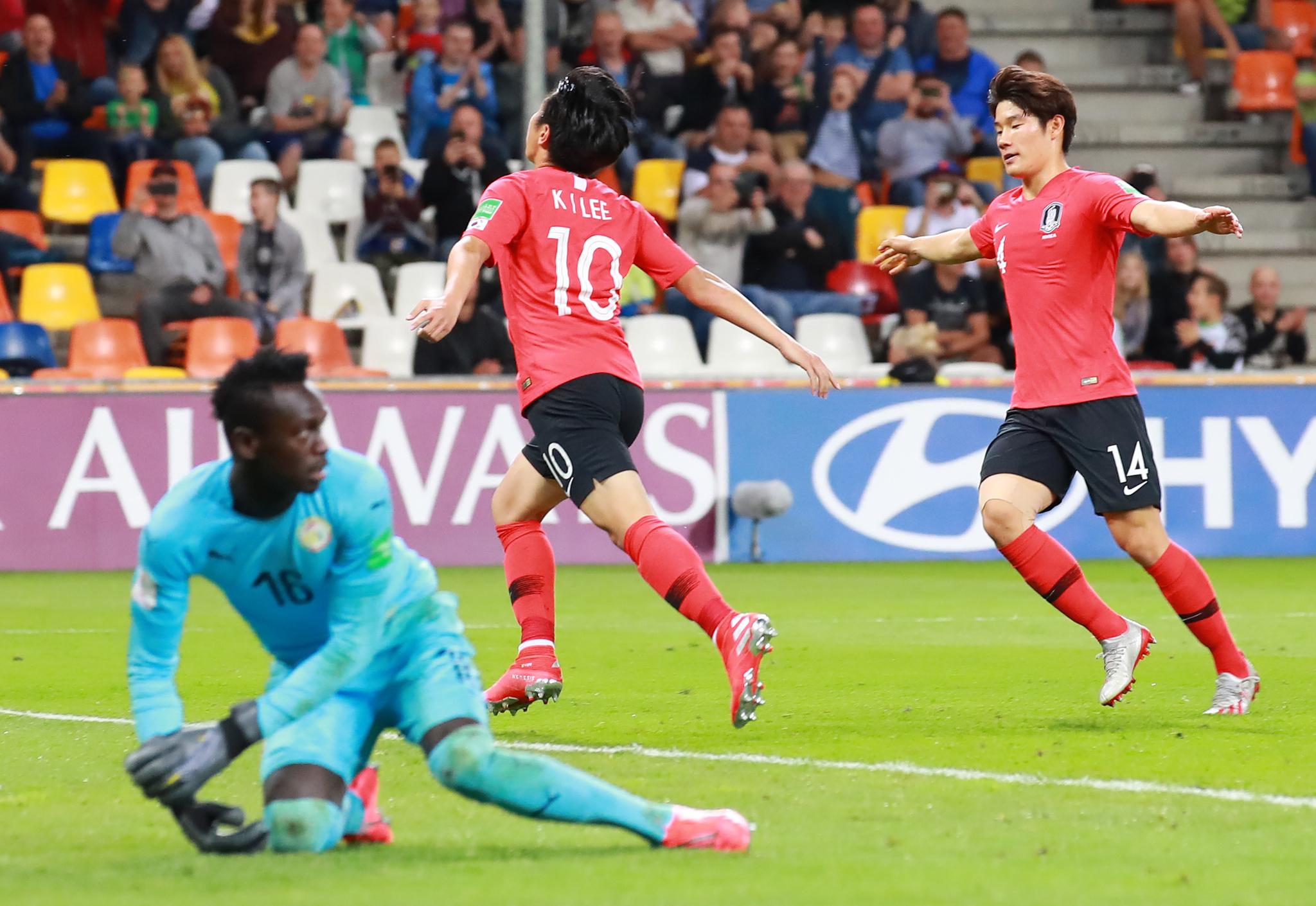 9일 폴란드 비엘스코 비아와 경기장에서 열린 2019 FIFA U-20 월드컵 8강 한국과 세네갈전의 경기.   후반 한국 이강인이 VAR로 얻어낸 패널티킥을 골로 연결한 뒤 달리고 있다. [연합뉴스]