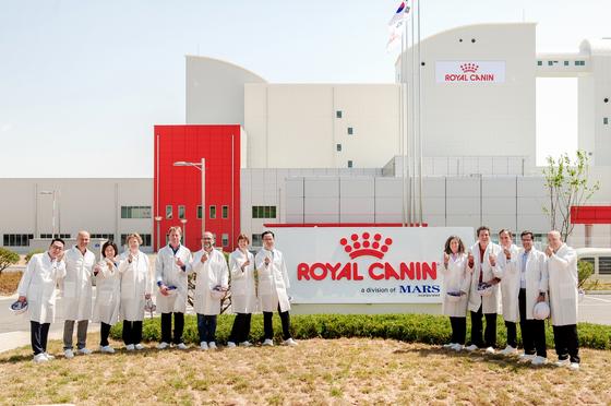 반려동물 사료업체인 로얄캐닌이 지난해 전라북도 김제에 생산기지를 만들었다. 공장 관계자들이 오픈을 기념해 기념 촬영을 하는 모습. [사진 로얄캐닌]