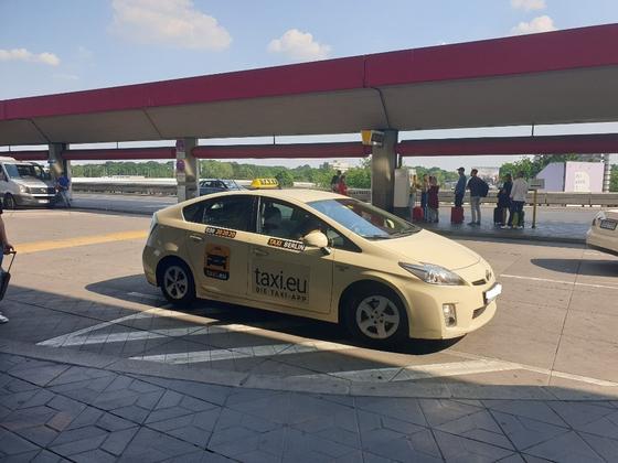 독일 택시협회가 모여 만든 모바일 택시 호출 서비스 '택시 EU(taxi.eu). 이 애플리케이션은 우버 등 대기업의 택시 호출 시장 진출에 대항하기 위해 업계 스스로 만들었다. 베를린=김도년 기자