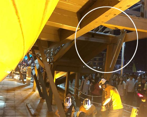 지난 8일 전남 여수시 이순신광장 거북선 조형물 계단(원안)이 무너지면서 7명이 3m 아래로 추락해 소방대원들이 구조작업을 하고 있다. [뉴스1]