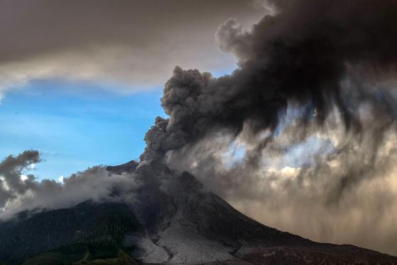 9일 오후 시나붕 화산이 다시 폭발해 구름이 치솟고 있다.[연합뉴스](