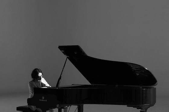 9년만에 새 앨범 '아베크 피아노'를 발표하는 정재형. 파아노와 함께 한 연주앨범이다. [사진 안테나]